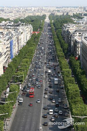 Une vue depuis le sommet de l'Arc de Triomphe: les Champs-Elysées