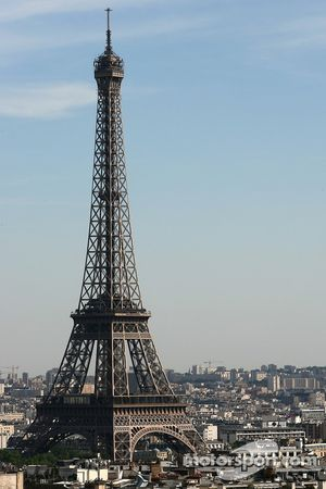 Une vue depuis le sommet de l'Arc de Triomphe: la Tour Eiffel