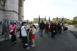 Une cérémonie mémorielle à l'Arc de Triomphe