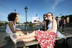 De charmantes touristes allemandes sur le Pont des Arts
