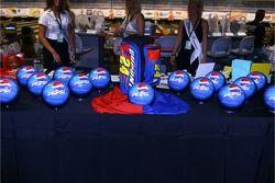 Le tournoi de bowling de la Fondation Jeff Gordon: des balles spéciales Pepsi
