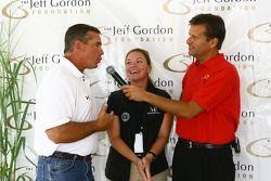 L'analyste du à la télé NASCAR Jeff Hammond, à gauche, parle avec le présentateur des sports de Indianapolis TV Dave Calabro, à droite, et Sarah Fisher