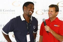 L'ancien receveur des Indianapolis Colts Bill Brooks, maintenant le directeur exécutif, parle avec Dave Calabro