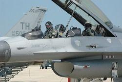 Col. Chris 'Bert' Colbert et Tony Raines préparent le vol