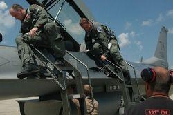 Col. Chris 'Bert' Colbert et Tony Raines montent à bord d'un cockpit F-16 à Hulman Field en Terre Haute, Indiana