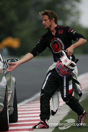 Jenson Button después de que su motor estalló