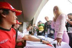 Hiroki Yoshimoto signe des autographes