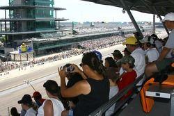 Des fans regardent la couse