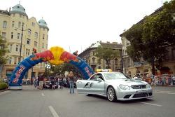 Автомобиль безопасности вместе с машинами Нила Джани и Роберта Дорнбоса