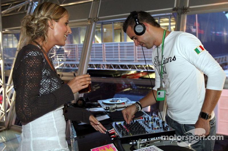 Jueves en la estación de energía de Red Bull: el disc jockey con una chica