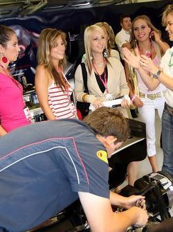 Cathrin Schoenebeck con chicas Formula Unas en el garaje de Red Bull Racing