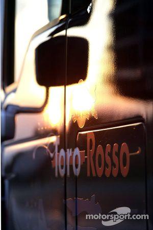 Un camión de la Scuderia Toro Rosso