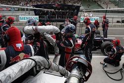 Vitantonio Liuzzi hace una parada en boxes