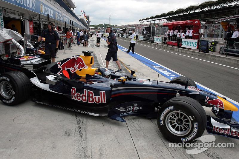 Год спустя Клину пришлось снова уступить машину другому пилоту. За три гонки до конца сезона его место занял Роберт Доорнбос. Для Клина это было расставание с Red Bull