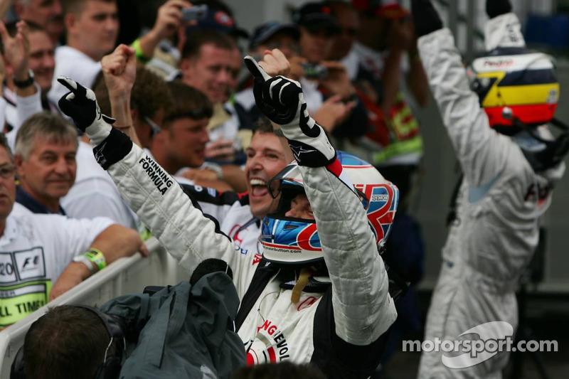 Ganador de la carrera que Jenson Button celebra con Nick Fry y Pedro de la Rosa