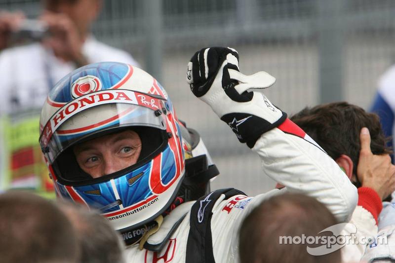 Yarış galibi Jenson Button kutlama yapıyor