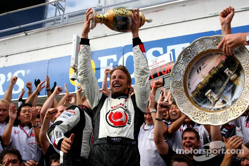 Ganador de la carrera Jenson Button celebra con los miembros del equipo Honda Racing F1
