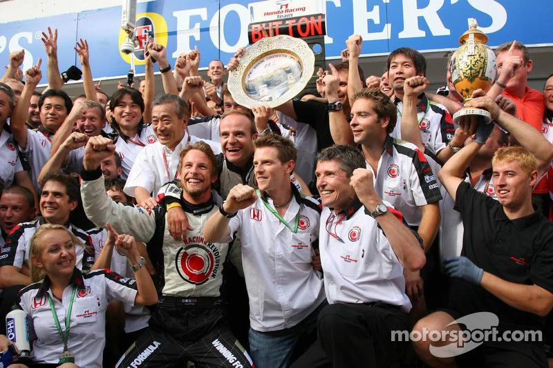 Ganador de la carrera Jenson Button celebra con Rubens Barrichello, Anthony Davidson y Honda Racing
