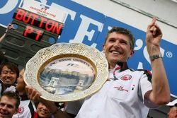 Ganador de la carrera Jenson Button y Nick Fry celebran