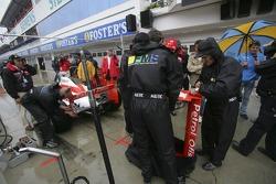 Giancarlo Fisichella jette un coup d'œil sur Giorgio Pantano