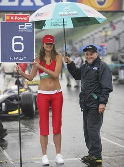 John avec la jeune fille sous la pluie sur la grille de départ