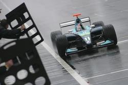 Nelson A. Piquet passe la ligne d'arrivée et gagne la course