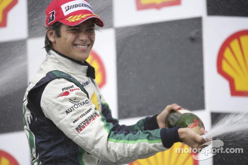 Nelson A. Piquet, le vainqueur de la course, verse le champagne