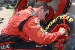 Des membres de l'équipe Evernham préparent des pneus