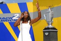 Kelly Rowlet chante l'hymne national