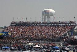 Une foule immense regarde la course