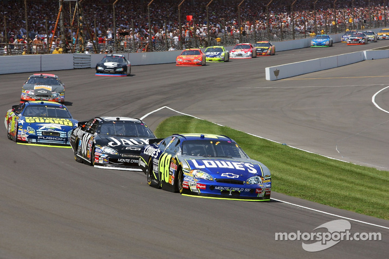 Jimmie Johnson domine Clint Bowyer