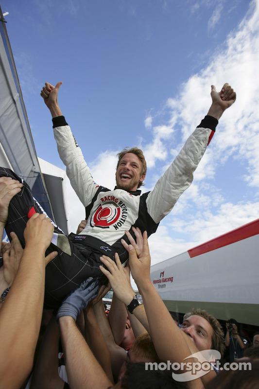 Ganador de la carrera Jenson Button celebra