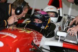Марк Хайнс в двухместном гоночном автомобиле
