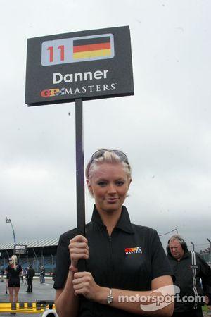 Девушка на стартовой решетке перед гонкой GP Masters