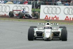 Andrea de Cesaris devant Hans Stuck dans le gravier