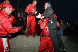 Des membres de l'équipe Chip Ganassi fêtent la victoire