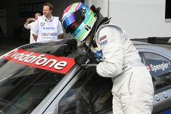 Le vainqueur de la pole position Bruno Spengler qui célèbre