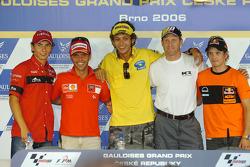 Conferencia de prensa: ganador de la pole Valentino Rossi con Loris Capirossi, Kenny Roberts, 250cc ganador de la pole Jorge Lorenzo y 125cc ganador de la pole Mika Kallio