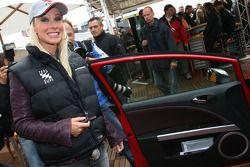 Séance photos de la Seat Leon Supercopa : Cora Schumacher obtient les clés de sa nouvelle Seat Leon