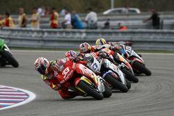 Marco Melandri lidera al grupo de motos