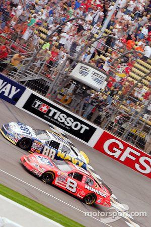 Dale Earnhardt Jr. traverse la ligne d'arrivée sous la prudence pour gagner la course suivie par Robby Gordon