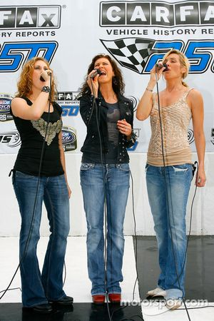 Les membres du groupe SHeDAISY signent l'hymne national