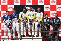 Podium GT1: vainqueurs de la course et du général Bert Longin, Anthony Kumpen et Mike Hezemans, avec