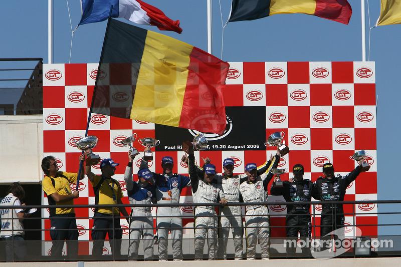 Podium GT1: vainqueurs de la course et du général Bert Longin, Anthony Kumpen et Mike Hezemans, avec les deuxièmes Jos Menten et Jean-Philippe Belloc, et les troisièmes Jamie Davies et Thomas Biagi