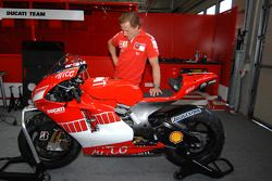 Sete Gibernau with the new 800cc Ducati Desmosedici