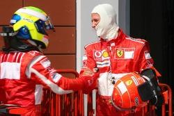 Ganador de la pole que Felipe Massa celebra con Michael Schumacher
