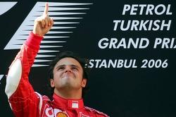 Подиум: победитель гонки Фелипе Масса