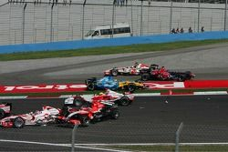 Start crash: Giancarlo Fisichella, Scott Speed, Tiago Monteiro and Takuma Sato