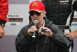 Podium: Paul Newman parle aux fans