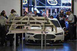 L'auto di Brad Keselowski viene ispezionata dalla NASCAR durante le qualifiche